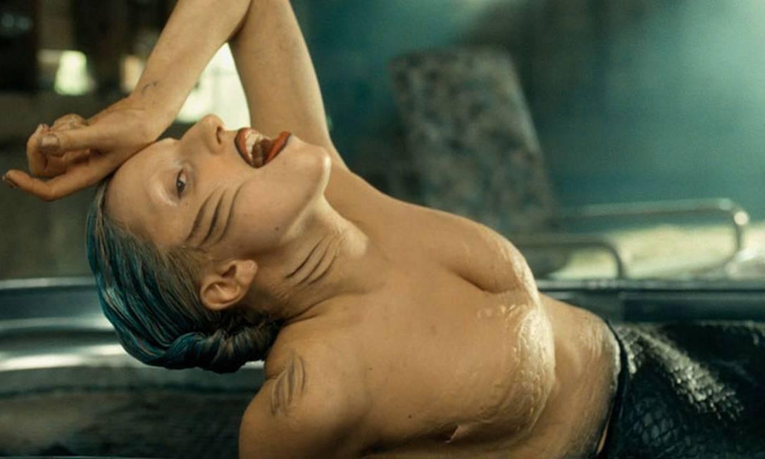 """A cantora americana Lady Gaga surgiu de sereia e com os cabelos coloridos de azul no vídeo da música """"You and I"""". Segundo a cantora seapunk Zombelle, de Chicago, Gaga e ela têm alguns amigos em comum e foram eles os responsáveis pela diva da música pop ter adotado o look no clipe Foto: Reprodução"""