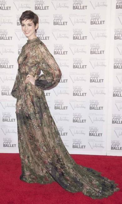 Anne Hathaway optou por um longo florido deslumbrante também da coleção alta-costura inverno 2012 de Valentino. ANDREW KELLY / REUTERS/Andrew Kelly