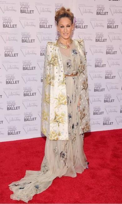 A atriz Sarah Jessica Parker também esteve no evento e optou por um longo bordado da coleção de alta-costura inverno 2012 do estilista Valentino Jamie McCarthy / Jamie McCarthy/Getty Images/AFP