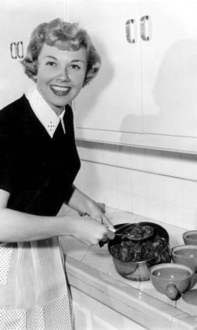 Doris Day: a atriz, que atuou em comédias românticas nos anos 1960, ao lado do galã Rock Hudson, adorava cozinhar em casa. Terceiro / Reprodução