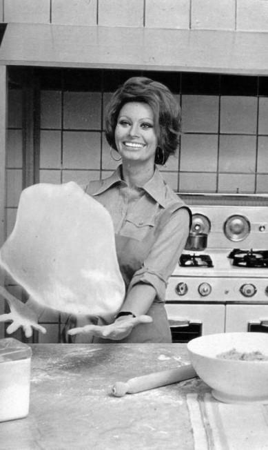 Sophia Loren: a estrela italiana chegou a ganhar prêmios pelo seu desempenho como mestre-cuca. Lançou livros e era especialista no preparo de massas e peixes Terceiro / Reprodução