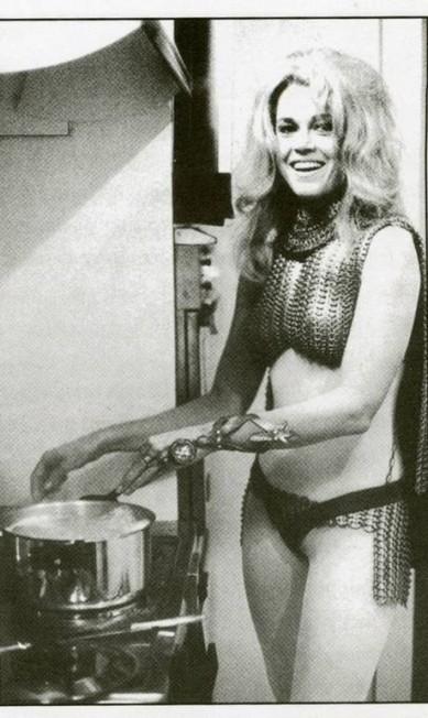Jane Fonda: na foto, a atriz americana está vestida com os figurino retrô-futurista de 'Barbarella'. Exímia cozinheira, chegou a lançar um livro de receitas nos anos 1990 e planeja o lançamento de um segundo cookbook, com receitas brasileiras Terceiro / Reprodução