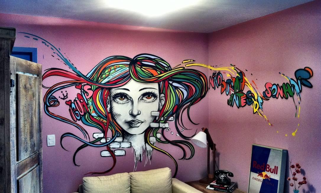 Na sala do apartamento de Jayme Matarazzo, o grafiteiro Marcelo Ment desenhou a cabeça de uma mulher com os cabelos multicoloridos Reprodução