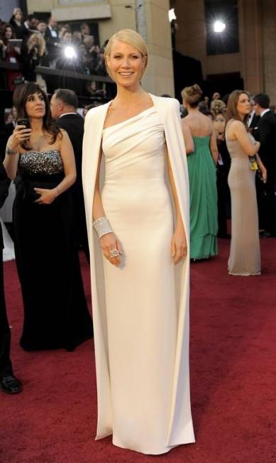 No Oscar 2012, Gwyneth Paltrow surgiu de look total branco criado por Tom Ford. O plus ficou por conta da capa, escolha nada óbvia no red carpet Chris Pizzello / AP