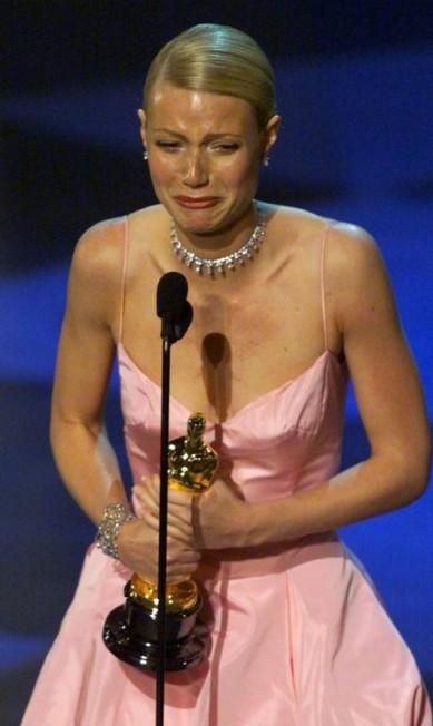 Apesar do choro, Gwyneth Paltrow se destacou no Oscar com um longa rosa de Ralph Lauren Gary Hershorn / Reuters