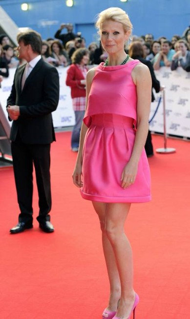 Com look monocromático pink assinado por Miuccia Prada, a atriz cruzou o red carpet National Movie Awards em 2010 PAUL HACKETT / REUTERS