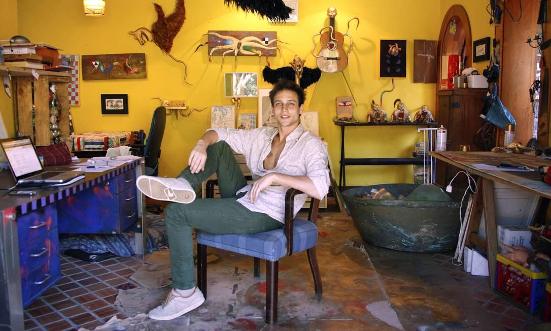O músico e artista plástico Noé Klabin posa em seu ateliê com camisa Richards, calça Osklen e tênis Globe Leonardo Aversa / Leonardo Aversa/ O Globo