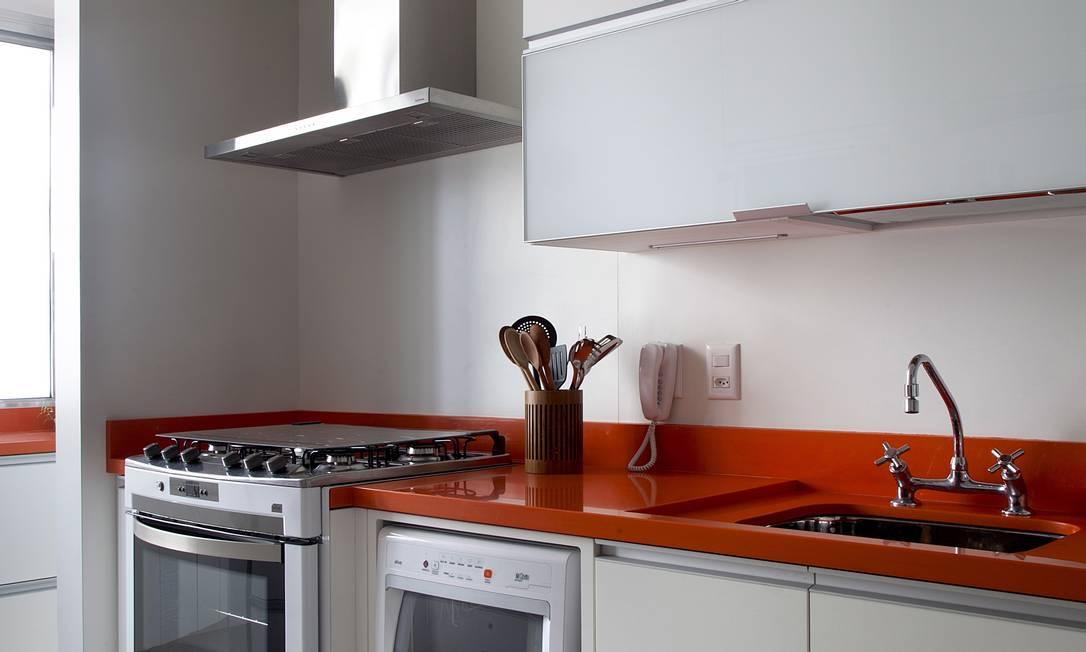 A bancada é o ponto de cor da cozinha branca Terceiro / Divulgação