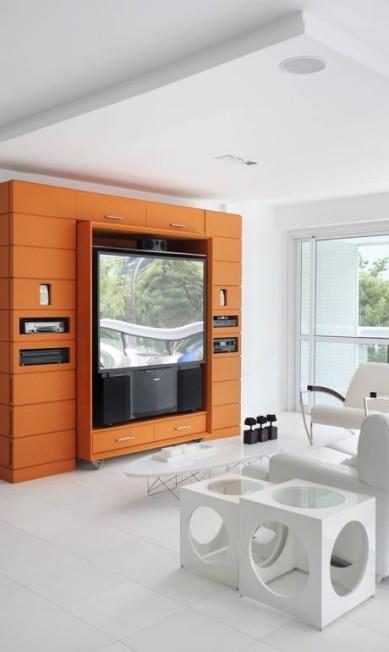 A estante de madeira do home theater foi toda pintada de laranja Terceiro / Divulgação