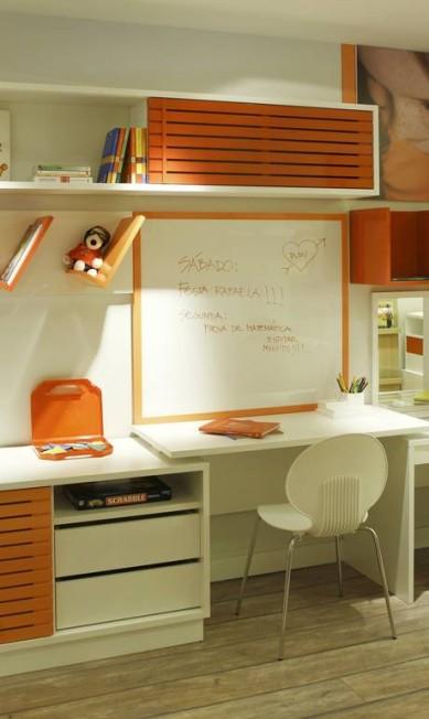 A cor pontua o ambiente na estante e em molduras no quarto da menina Terceiro / Divulgação