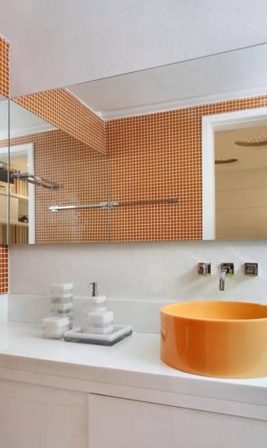 Banheiro de menino tem pastilhas na parede e cuba no mesmo tom Terceiro / Divulgação