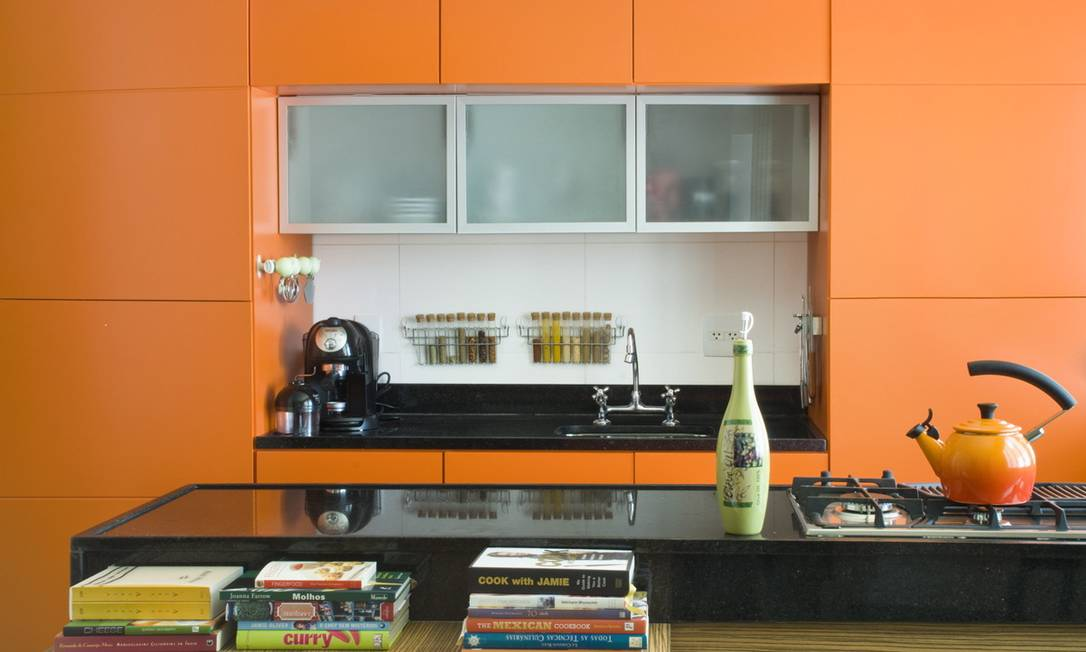 O tangerine prevalece no projeto da arquiteta Carolina Escada para cozinha Terceiro / Divulgação