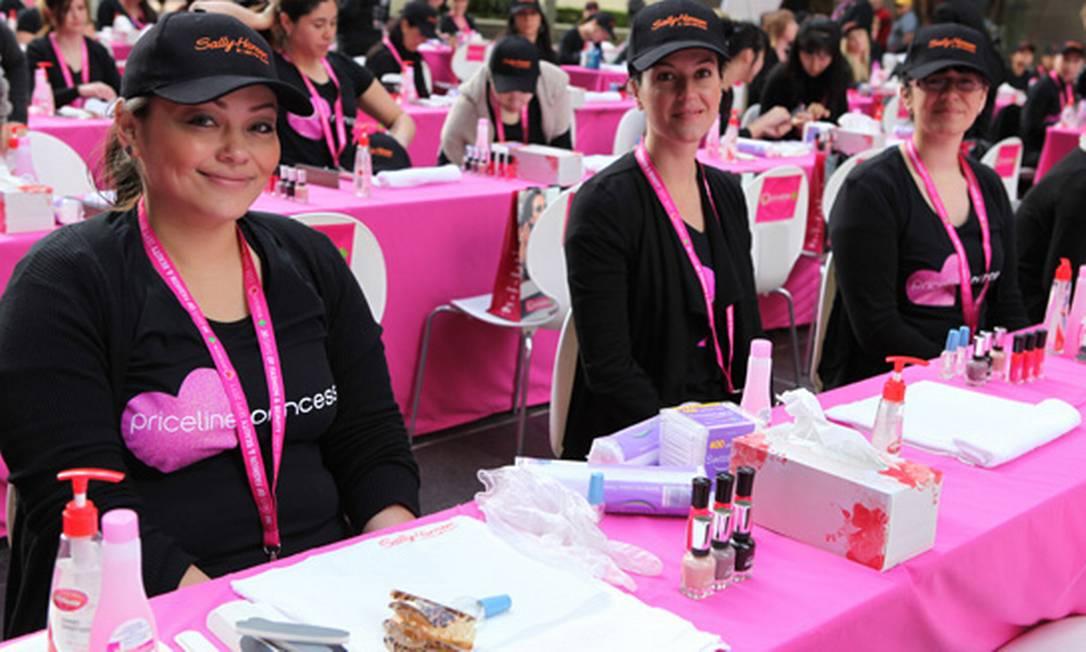 As manicures de Sidney, na Austrália, conseguiram o recorde de fazer 2.572 unhas em apenas oito horas. Foram cerca de 100 profissionais participando de um evento das marcas Priceline e Sally Hansen que arrecadou fundos para uma instituição de apoio a mulheres com câncer de mama Guinness World Records