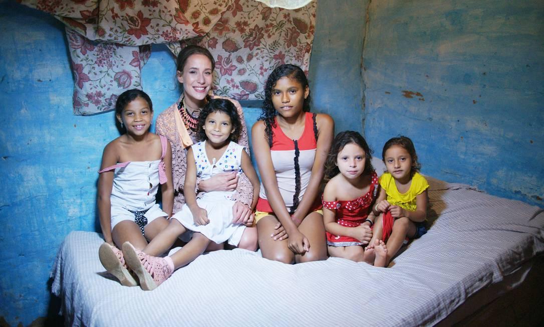 Paola posa nos bastidores de ensaio no interior do Ceará Tinko Czetwertynski