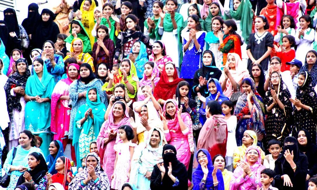 Arquibancada feminina no ritual de fechamento das fronteiras entre Paquistão e Índia, em Lahore Almir Reis / Divulgação