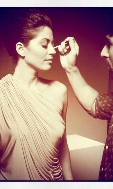 No make da atriz Carol Castro o batom nude cremoso Restrict e o gloss no mesmo tom, da coleção do estilista britânico Gareth Pugh para a M.A.C, são produtos importantes Arquivo Pessoal