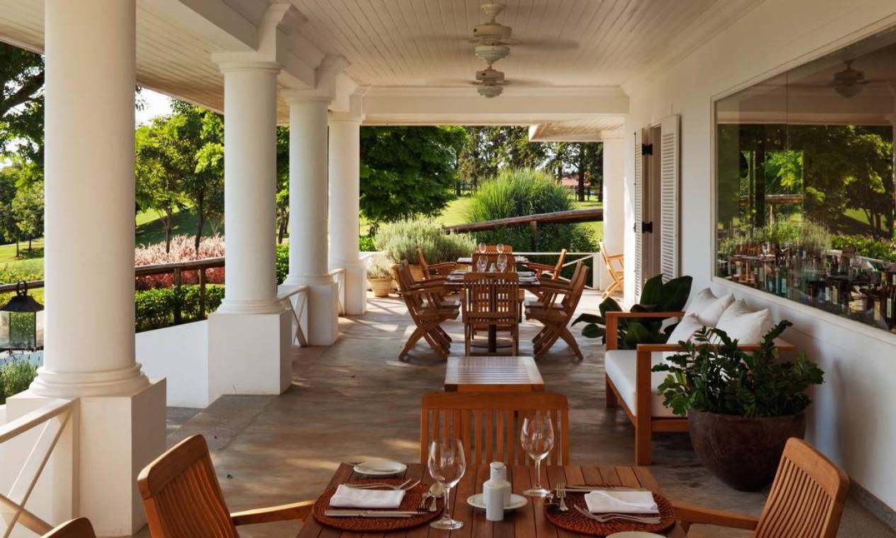 A varanda do restaurante, com comida mais despretensiosa Foto: Terceiro / Reprodução