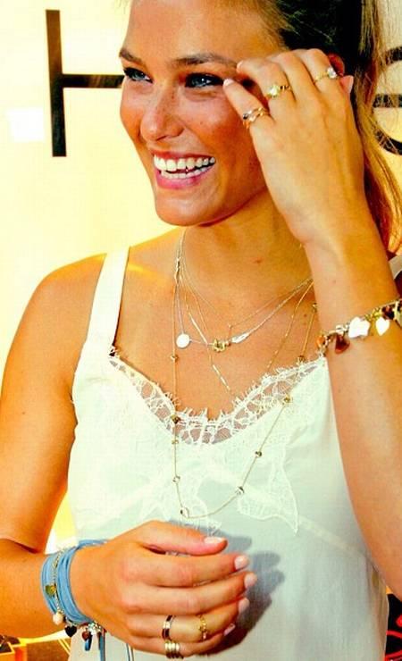A israelense Bar Refaeli, de 27 anos, ficou famosa por namorar o ator Leonardo di Caprio, depois de ele se separar de Gisele Bündchen. Atualmente, os dois não estão mais juntos Foto: Reprodução do Twitter