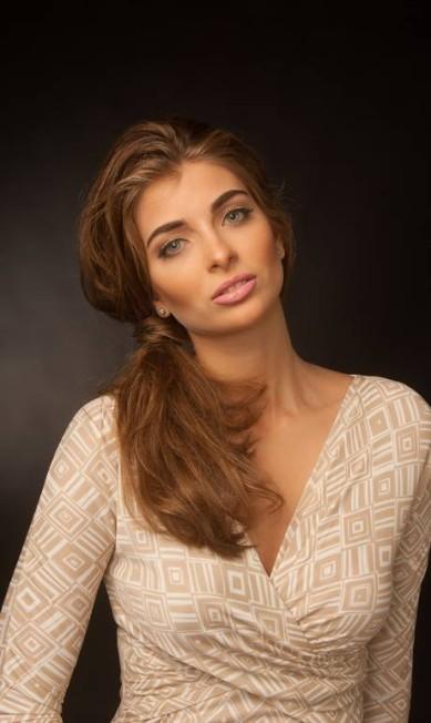 Maria, que debutou no tradicional hotel Crillon, em Paris, é estudante do terceiro ano de economia na PUC-RJ Marcelo Faustini/ Divulgação