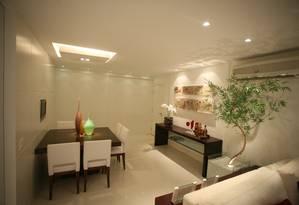 A arquiteta Denise Cadore incluiu um grande caso de bambu mossô neste projeto para uma sala de estar na Zona Oeste carioca Foto: Terceiro / Divulgação