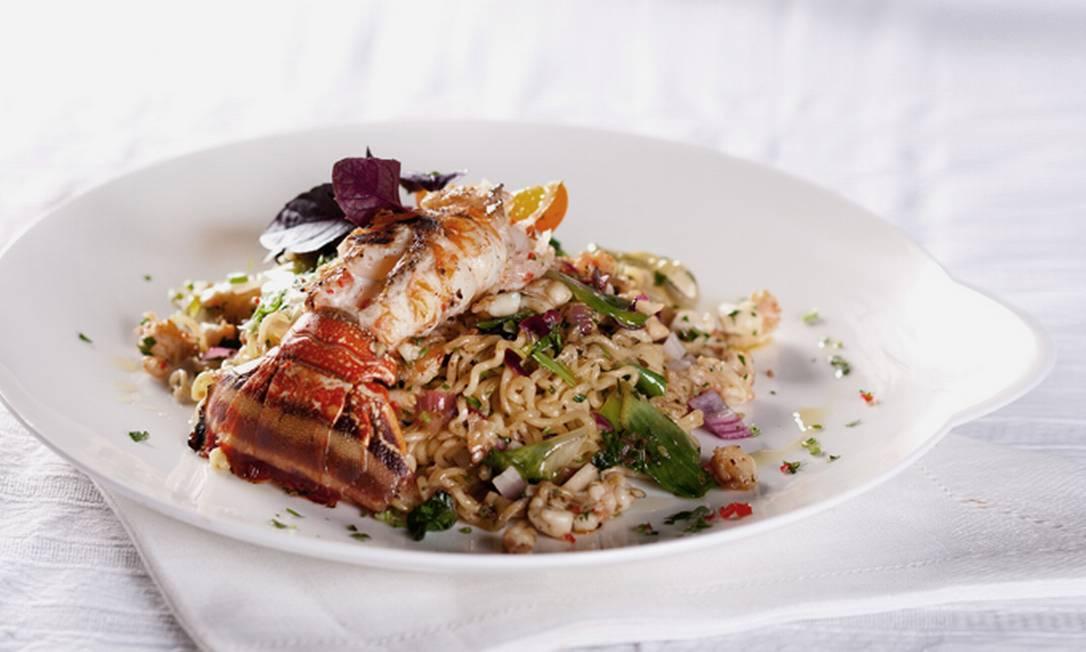 A chef Morena Leite caprichou na lagosta em sua receita de miojo Reprodução