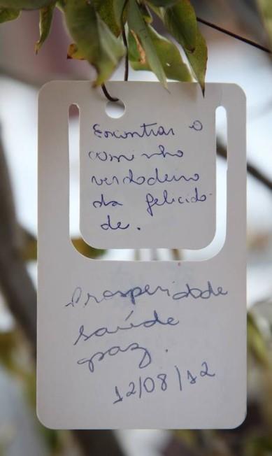 """Mensagens positivas penduradas nas árvores do jardim: """"Encontrar o caminho verdadeiro da felicidade. Prosperidade, saúde, paz"""" Marcos Alves/Agência O Globo"""