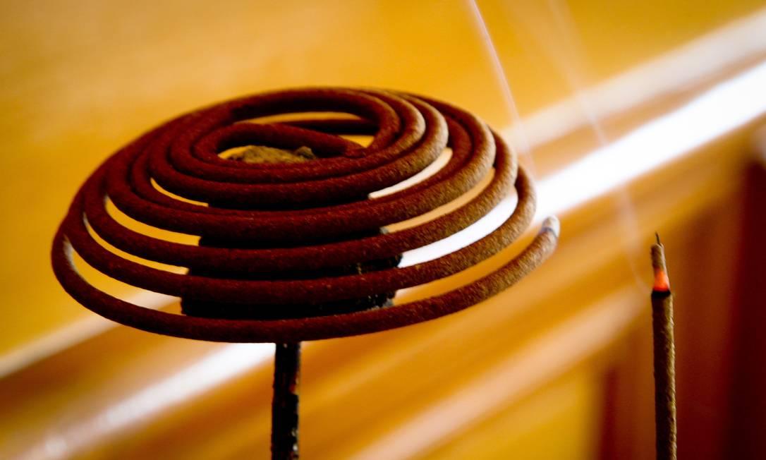 Os incensos aromáticos estão por toda parte. Eles são usados com a finalidade de purificar o ambiente Marcos Alves/O Globo