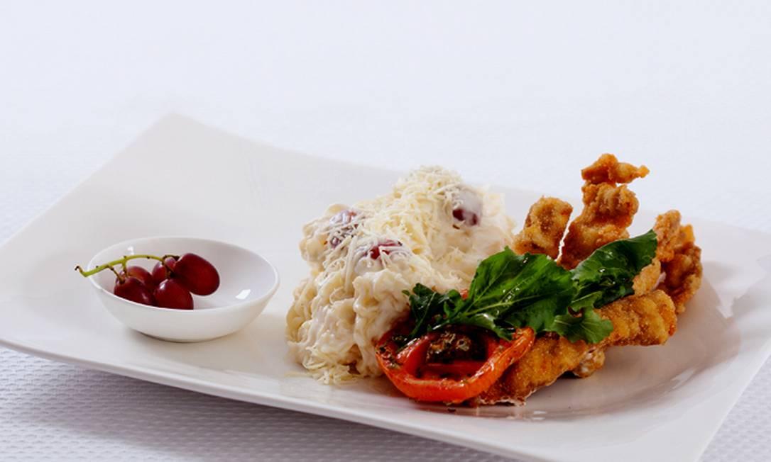 O chef Joca Pontes caprichou no Miojo ao molho de queijo com uvas e tomates de forno, folhas de rúcula e tiras crocantes de bife à milanesa Reprodução