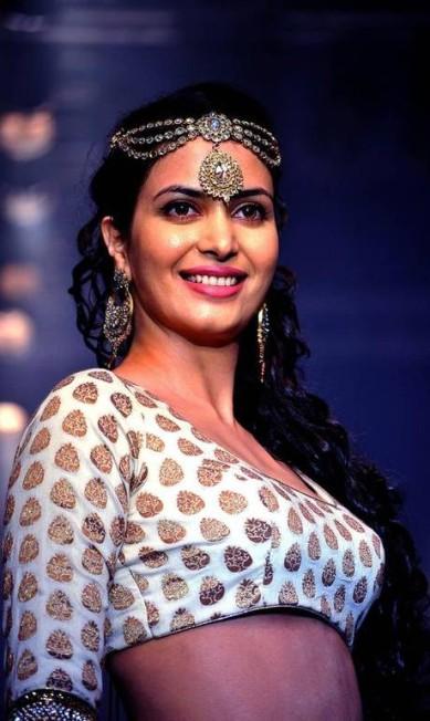 A atriz Ankita Shorey usou uma joia na cabeça do designer Gitanjali. O acessório marcou a coleção de Pre-Fall 2012 da Chanel AFP