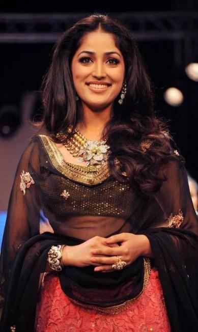 A atriz de Bollywood Yami Gautam veste look decorado, pulseiras, maxicolar, brincos extravagantes e anéis: a ordem no India International Jewellery Week 2012 é exagerar. As peças são de D. Navinchandra AFP