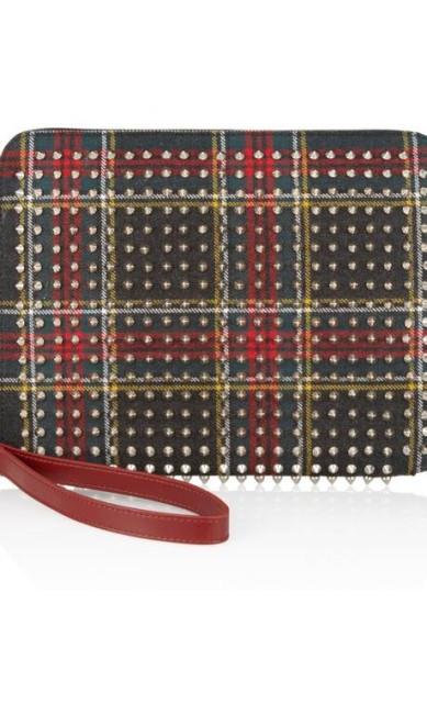 Este modelo xadrez Christian Louboutin é revestido de couro vermelho e spikes e custa US$ 695 (cerca de R$ 1403,90). Fashion não? Reprodução