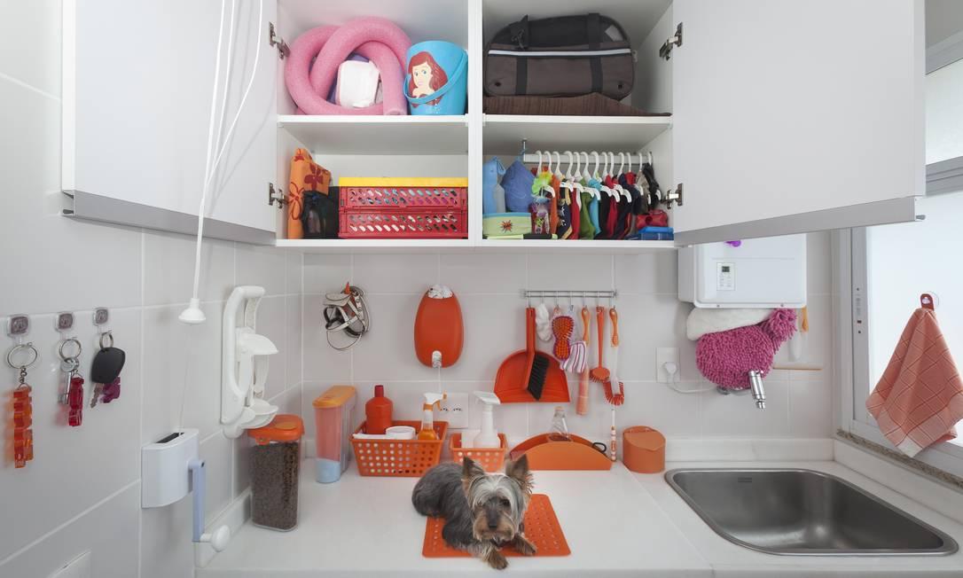 Billy tem uma coleção de roupas penduradas em cabides de bebês na área de serviço Leo Martins / O Globo