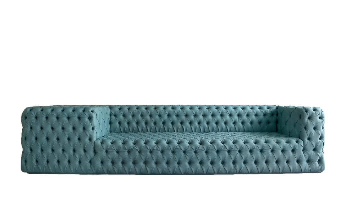O sofá Otto, do designer Guilherme Torres, mistura as linhas retas com o capitonê clássico. A novidade é a mesa lateral integrada ao estofado. Na Finish, o preço varia de acordo com o tamanho da peça (CasaShopping) Terceiro / Divulgação