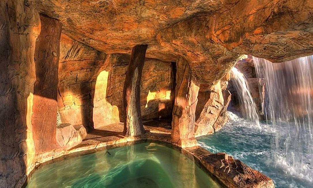 É possível relaxar em uma gruta secreta escondida atrás de uma cachoeira Reprodução realtor.com