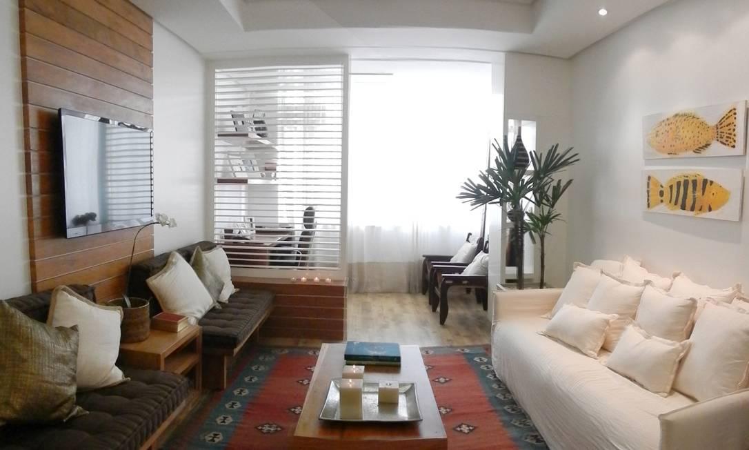 Na sala do apartamento de Paula no Rio, a arquiteta Stella Herminda fez uma parede ripada marcante Arquivo pessoal