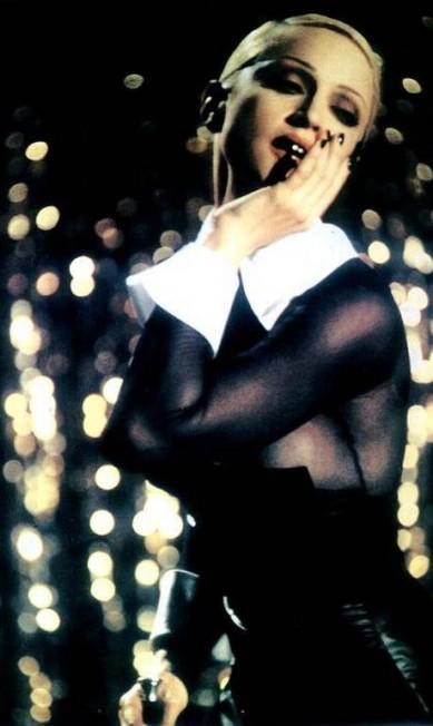 """O sexo nunca esteve tão em alta na carreira de Madonna quanto em 1992, quando lançou o álbum """"Erotica"""", que tinha como carro-chefe o single de mesmo nome. No vídeo da música, o visual é andrógino. O cabelo é preso em um coque e grudado na cabeça Reprodução"""