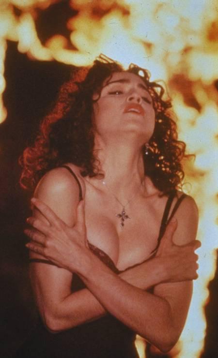 """Em 1989, Madonna surgiu totalmente morena no vídeo da música """"Like a Prayer"""", no qual beijava um santo negro, despertando a ira da igreja católica Foto: Agência Keystone"""