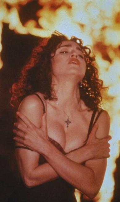 """Em 1989, Madonna surgiu totalmente morena no vídeo da música """"Like a Prayer"""", no qual beijava um santo negro, despertando a ira da igreja católica Agência Keystone"""
