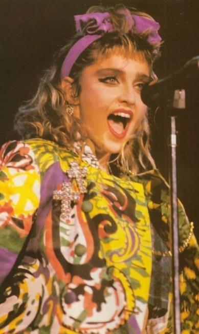 """Nos meados dos anos 1980, Madonna era ícone absoluto de uma geração. Seu visual inspirava garotas do mundo inteiro. Todas queriam ser a cantora. As """"wannabe"""" andavam por aí vestidas e penteadas como a estrela Reprodução"""