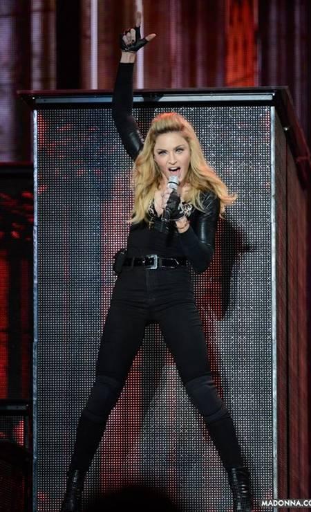 """Para divulgar o seu mais recente álbum, """"MDNA"""", lançado este ano, Madonna alongou os fios e apostou no topete - uma das tendências mais fortes das passarelas, que, inclusive, já está nas ruas. O visual também tem um clima retrô. Aliás, a cantora, que completou 54 anos nesta terça-feira, irá trazer a nova turnê ao Brasil em dezembro Foto: Reprodução/ Facebook"""