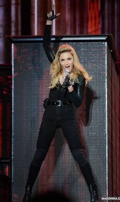 """Para divulgar o seu mais recente álbum, """"MDNA"""", lançado este ano, Madonna alongou os fios e apostou no topete - uma das tendências mais fortes das passarelas, que, inclusive, já está nas ruas. O visual também tem um clima retrô. Aliás, a cantora, que completou 54 anos nesta terça-feira, irá trazer a nova turnê ao Brasil em dezembro Reprodução/ Facebook"""