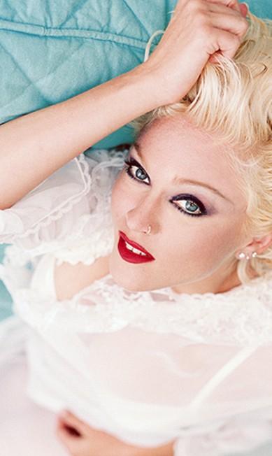 """Para a fase de """"Bedtime Stories"""", de 1994, as madeixas da cantora americana ficaram superplatinadas. A mão também pesou na maquiagem Reprodução"""