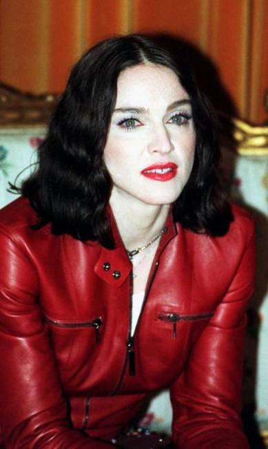 """Em 1998, ainda na fase de """"Ray of Light"""", o cabelo ficou ainda mais preto Michael Brann / Reuters"""