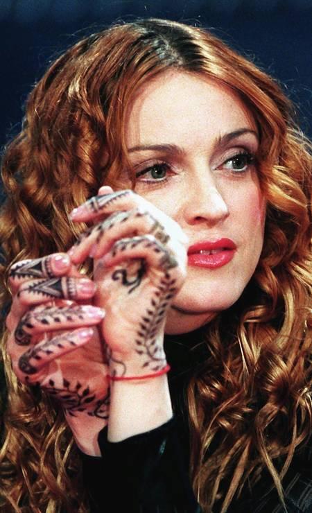 Em 1998, Madonna embarcou em uma fase zen. Cabala e ioga agora são assuntos de seu interesse. Para completar o discurso, o cabelo ganhou cachos e um tom mais natural Foto: Achim Scheidemann / AFP