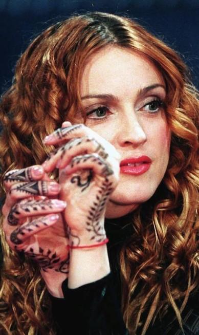 Em 1998, Madonna embarcou em uma fase zen. Cabala e ioga agora são assuntos de seu interesse. Para completar o discurso, o cabelo ganhou cachos e um tom mais natural Achim Scheidemann / AFP