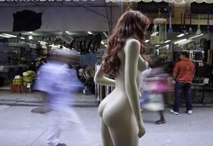 Manequim da loja na Saara, Centro do Rio de Janeiro: curvas, cintura fina e glúteos avantajados Foto: Daniela Dacorso / Daniela Dacorso/Agência O Globo
