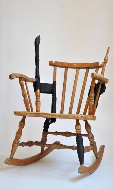 """A poltrona da coleção """"Conserta-se móveis. Tratar aqui"""", da Fetiche Design, valoriza a imperfeição com agressividade Terceiro / Divulgação"""
