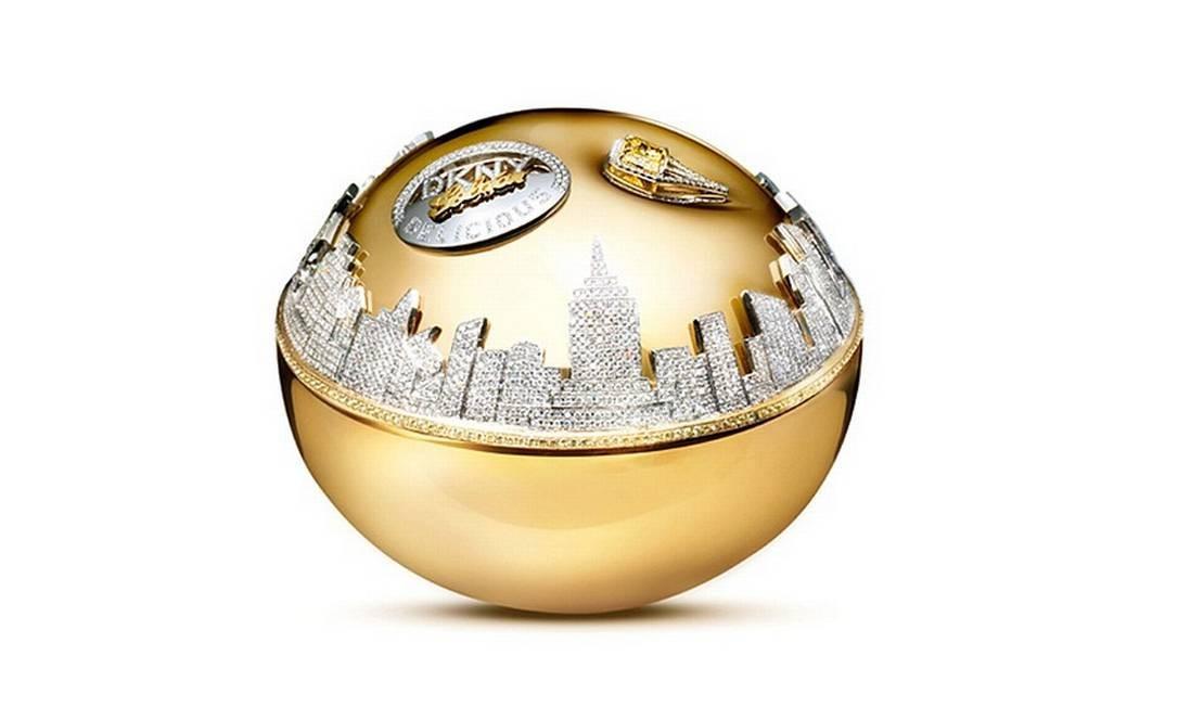 A edição especial de US$ 1 milhão, cerca de R$ 2 milhões, do famoso perfume Be Delicious, de DKNY, contém ouro branco, diamante branco e safiras. Ele já está fora do mercado e teve a renda revertida para uma ONG de combate a fome. Reprodução / DKNY