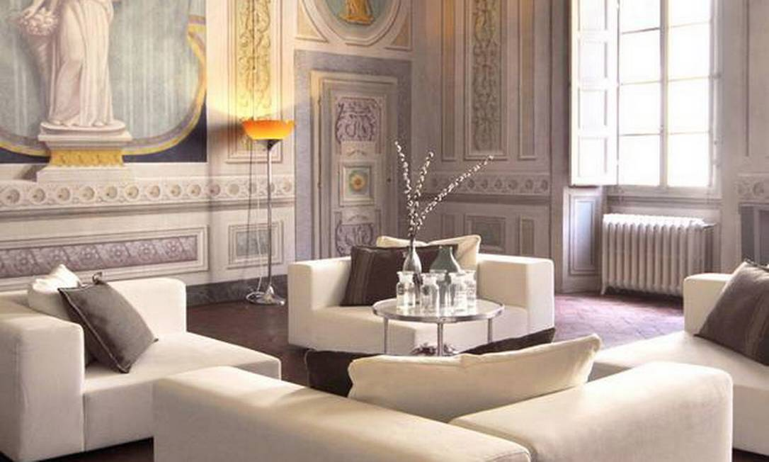"""A Casa Orlandi, na Toscana, era um """"palazzo"""" do século XVIII e foi transformada em uma luxuosa mansão pela arquiteta Sabrina Bignami. Com apenas uma cama de casal no segundo andar da casa principal, ela aluga para hóspedes que querem desfrutar dos afrescos e lustres misturados com as modernas mobílias. Diárias a partir de €150, cerca de R$ 375. Reservas no email sabrina.bignami@b-arch.it Terceiro / Reprodução / The Independent"""