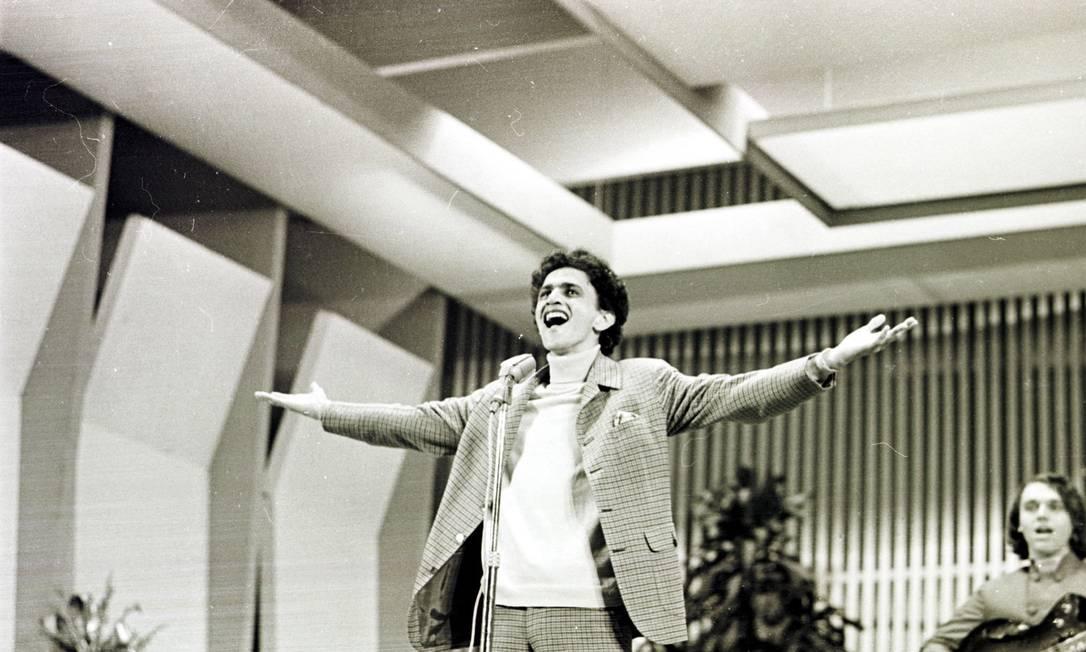 Terninho com camisa de gola rulé por baixo era o uniforme oficial nos tempos dos festivais, como neste clássico registro durante o Festival da Record em 1967, quando defendeu o sucesso 'Alegria, Alegria'. Terceiro / Wilson Santos/CPDOC JB